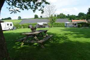 Picknicktafel op kampeerterrein