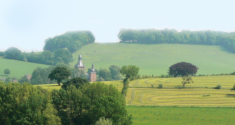 Uitzicht op Kasteel Buesdael (B) vanaf minicamping en appratementen 'Hoeve Klein Kullen'